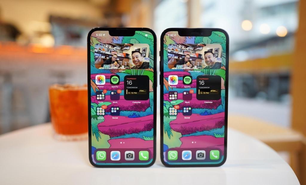 L'encoche de l'iPhone 13 Pro (à gauche) est plus petite que celle de l'iPhone 12 Pro.